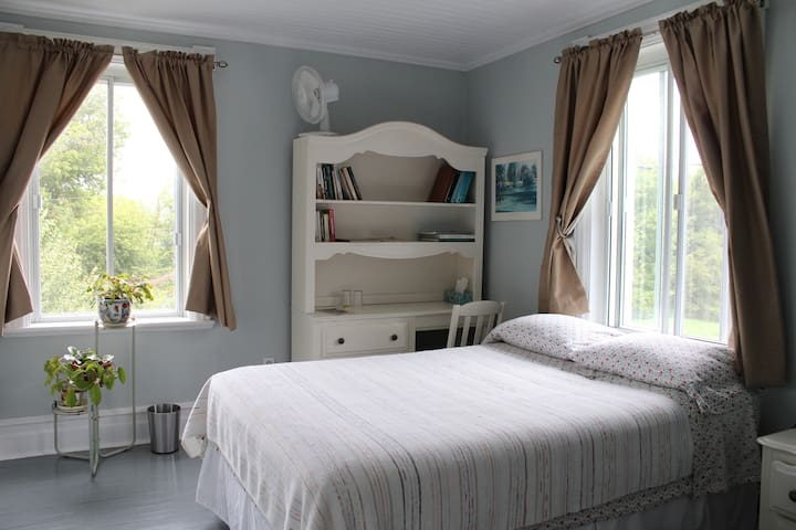 A soft light bedroom in a farmhouse - Saint-Roch-de-Richelieu - Pousada