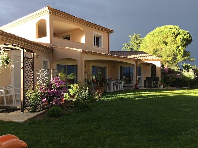 Studio dans Villa provençale en lotissement
