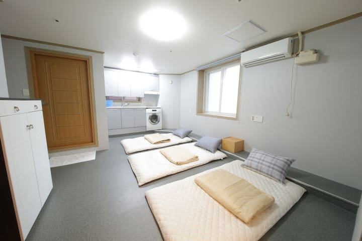 Familie Guesthouse Busan station Ondol room(10PAX)