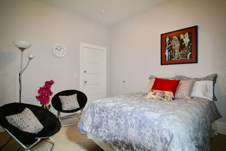 Capitol Hill & Broadway Home Room#C , Free Parking