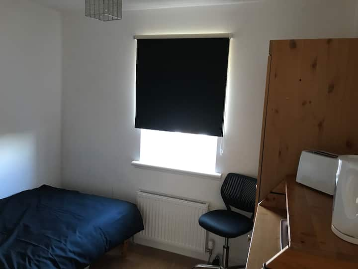 Cosy single room with TV and WiFi