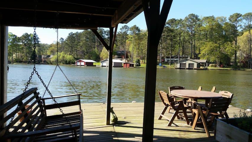 Lazydays Getaway - sleeps 8-10, lakefront - Guntersville - House