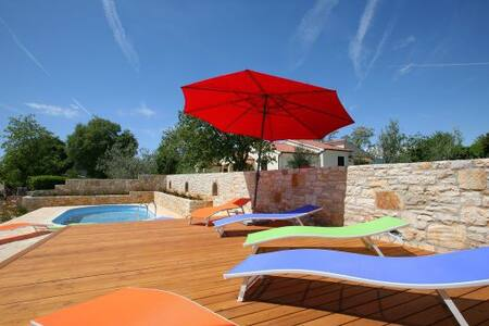 Stone house with pool, sleeps 6-8, WiFi, grill - Vabriga