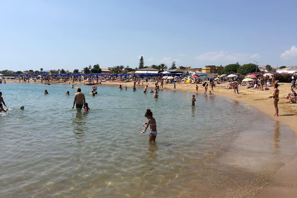 Spiaggia con stabilimento e ristorante antistante l'abitazione