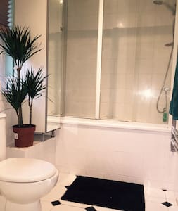 Garden Flat Close to Westfield - London - Lejlighed