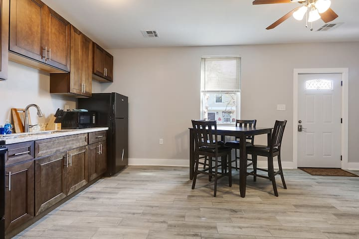 Chop Tchoup-Gorgeous Uptown One Bedroom Condo