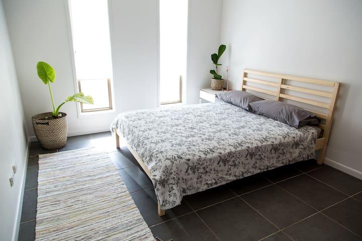 Modern private room in beautiful beachside Buddina - Buddina - Talo