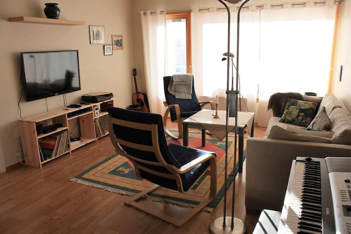 3 bedrooms,  1 to 6 guests, access flat