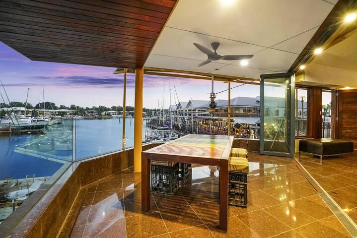 UNIQUE+breathtaking views over Cullen Bay Marina