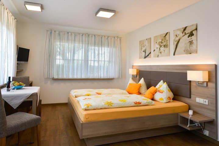 Ferienhof Walter, (Freiburg), Doppelzimmer mit Dusche/WC und Terrasse