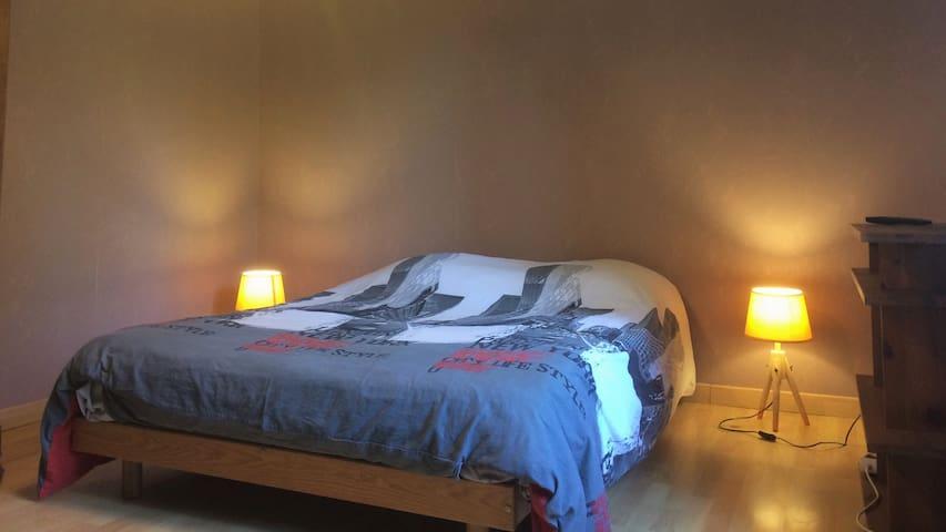 """Chambre spacieuse avec lit 2 places, """"armoire et bureau non visible sur la photo."""