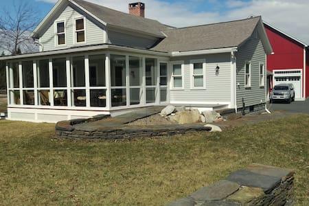 Cozy farmhouse in 5-college area. - Dům