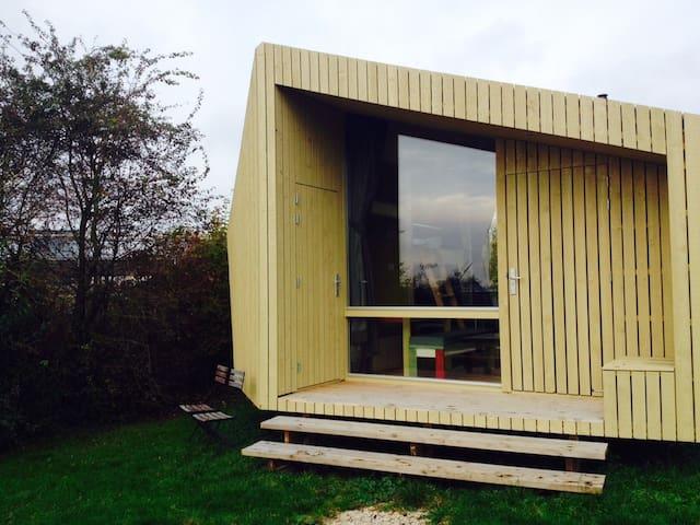 Design houten huisje in de natuur nabij de stad