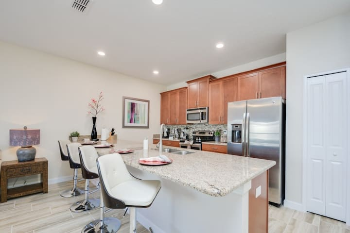 Spacious 4 Bed 3 Bath Townhome - 9 Miles To Disney