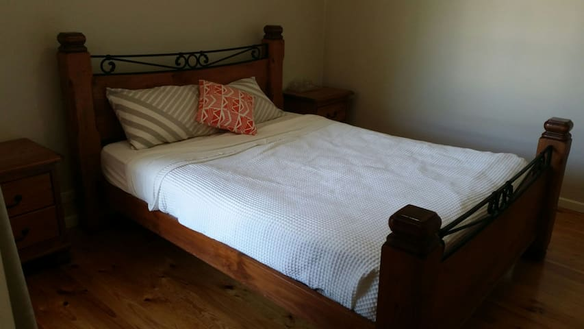 Queen room in perfect 2 bdr Villa in Essendon