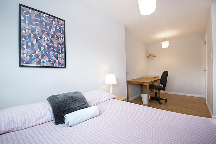 HB3-1 Double Room in the Heart of Brick Lane