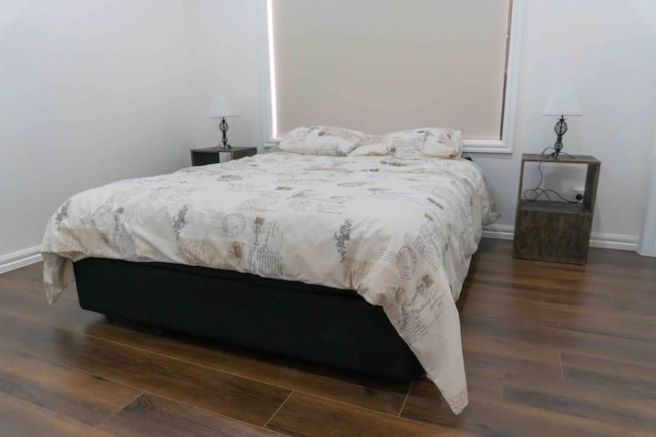 Master Bedroom with ensuite and walk in robe : Queen Bed