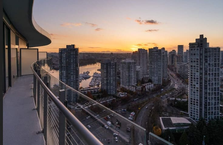 2 BDR Million Dollar Views in Yaletown/ FreeParkin