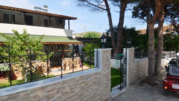 Avşa adası merkezde, bahçeli,özel ve lüks villa.