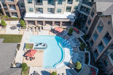 Upscale 2BR w/ pool, gym, & more in The Woodlands