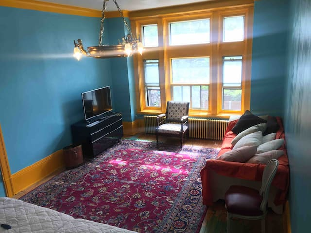 Huge bedroom in a calm appartment dtown 1min metro
