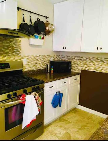 2 bedroom near Airport And park w/ garage