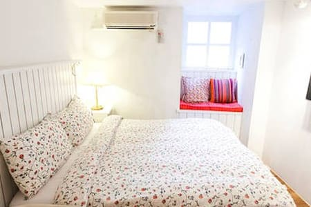 1 Double Bed, 5 minutes to Shilin Night Market