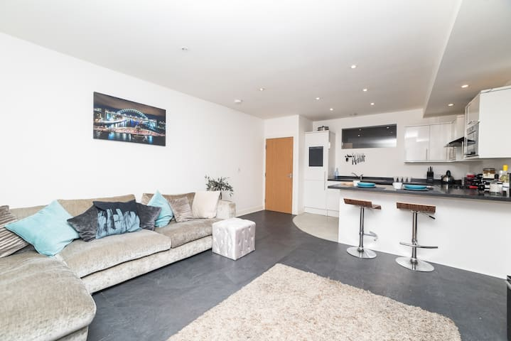 3 Bed City Centre Flat - sleeps 8, free Parking
