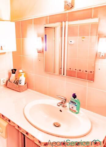 Wspólna Łazienka (Shared Bathroom)