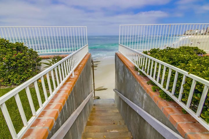 Rare Find Large Beachfront Home w/Pool in La Jolla