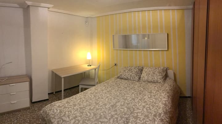Elche- Large & bright room with xxl bed and desk
