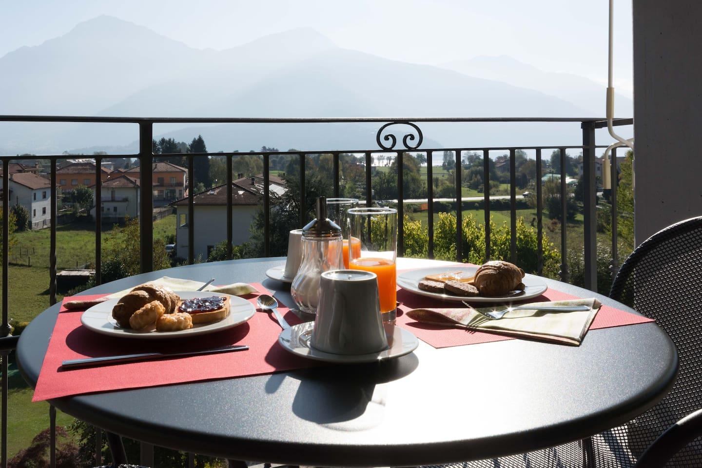 Breakfast sul terrazzo coperto vista lago