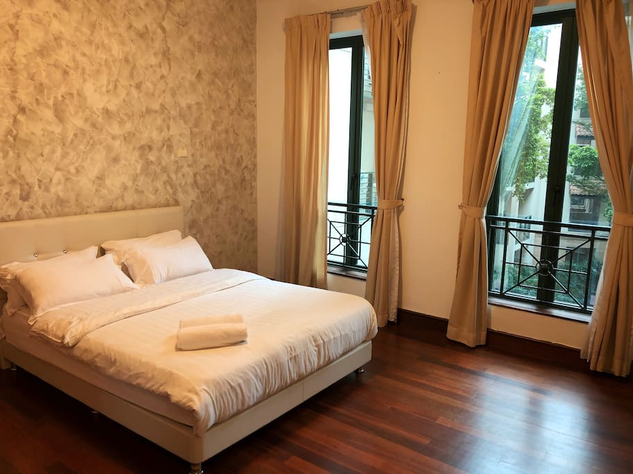 Bedroom with Queen-sized bed