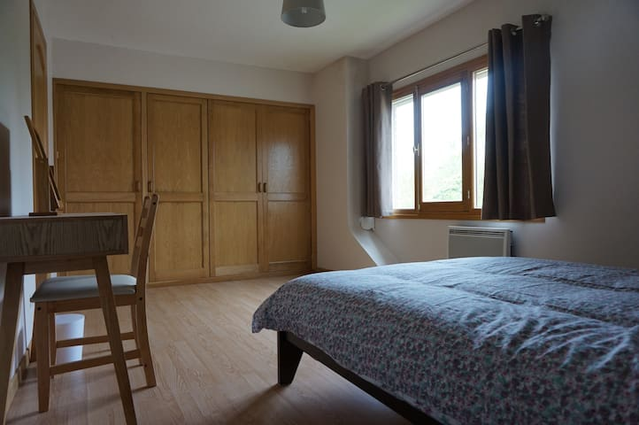 Main bedroom. Double bed. Drawers in fitted wardrobe.  Chambre 1. Lit a deux personnes. Tiroirs dans le penderie.