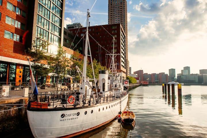 Uniek Pension Schip in Rotterdam, Kop van Zuid