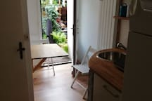 Blick in die Küche mit Ausgang zum Hinterhof
