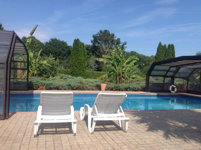 Plonéour-Lanvern Cottage / shared covered pool