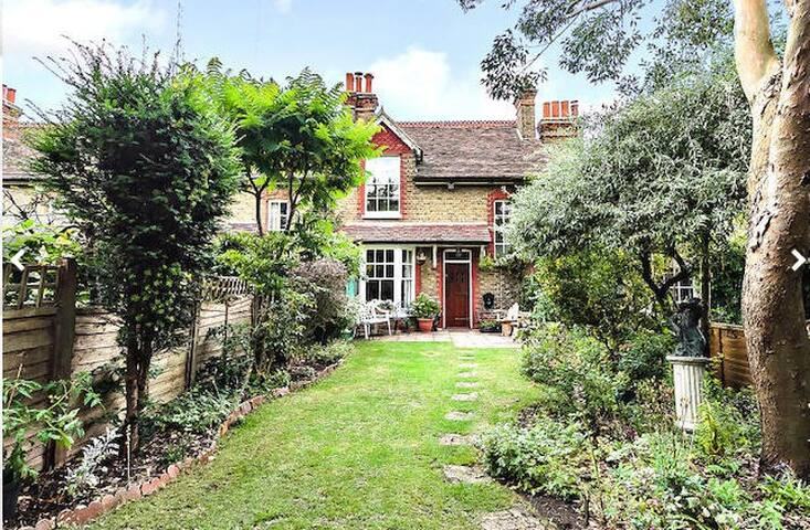 Secret Garden Cottage Double Room, TVRoom & Garden - Londyn