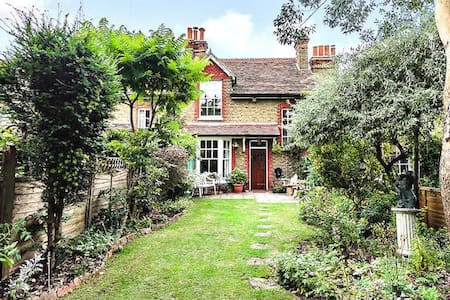 Secret Garden Cottage Double Room, TVRoom & Garden - Londýn