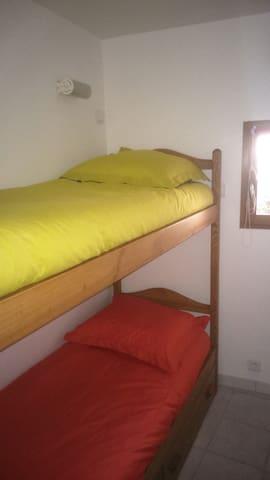 La petite chambre avec 2 lits superposés