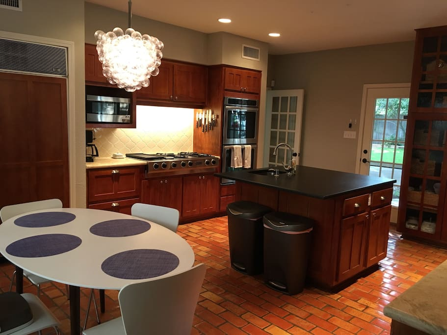 Double ovens, 4-top burner. Breakfast table seating