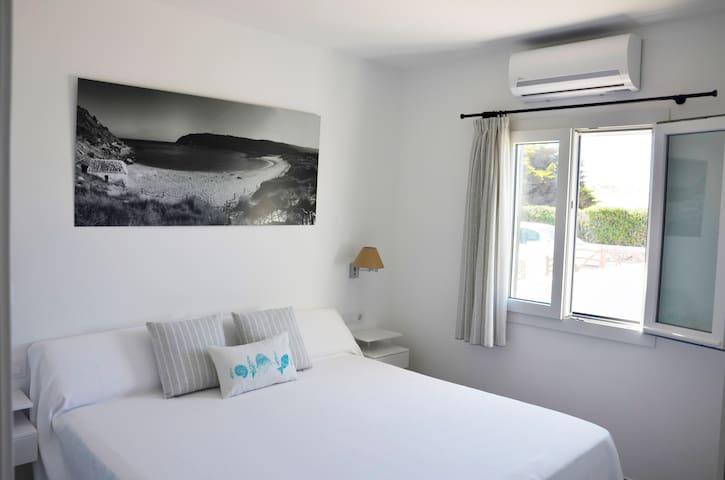 Habitacion doble con cama matrimonio de ancho XL- 180 cm
