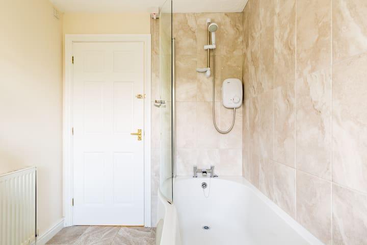 Upstairs bath & electric shower