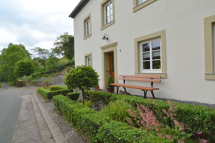Very quiet, at the edge of the small Eifel village Plütscheid, lies this bright furnished farmhouse.