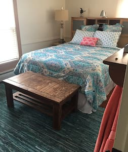 Queen Bed two blocks from town - Snow Hill