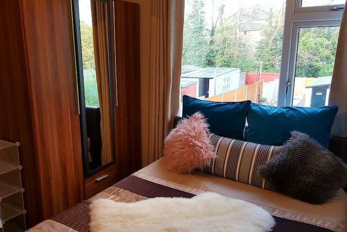 Comfort for Less - Double room in Grays,Essex,RM17