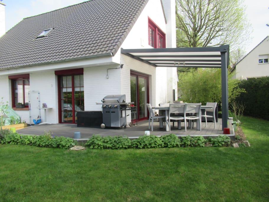 Terrasse avec pergola et salon de jardin. Barbecue gaz