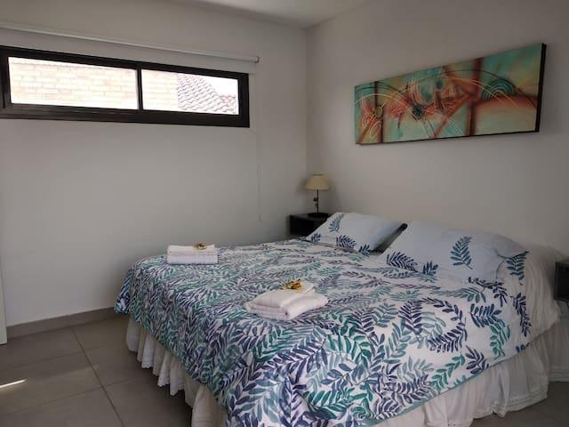 El dormitorio matrimonial es amplio, luminoso, y esta equipado con cama King.  Todas las ventanas tienen cortina blackout para su comodidad.