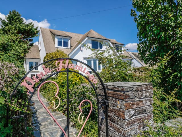PINK FLAMINGO, pet friendly, with a garden in Looe, Ref 977675