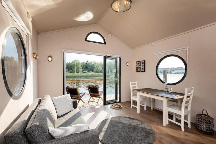 Jokimaja Alma (Porvoo Floating Cabin Alma)